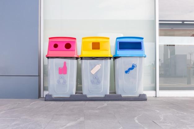 Gruppo di cestini colorati, diversi cestini colorati per la raccolta di materiali riciclati. bidoni della spazzatura con sacchi della spazzatura di diversi colori.