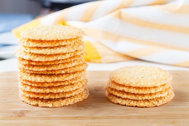 Gruppo di biscotti con semi di sesamo su tavola di legno
