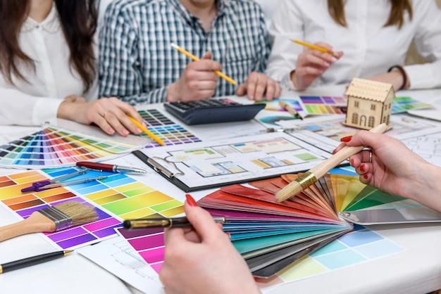 Gruppo di designer creativi che lavorano in ufficio con tavolozze di colori