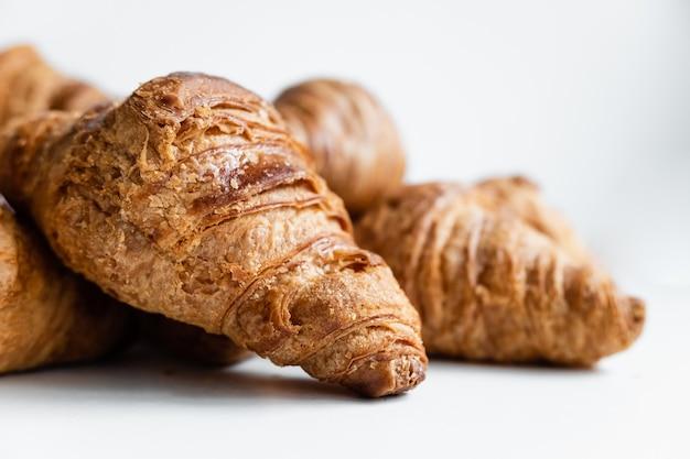 Gruppo di croissant croccanti ripieni di carboidrati a rapido assorbimento.