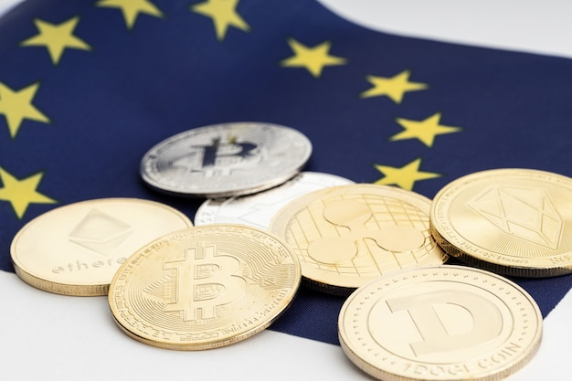 Gruppo di monete crittografiche sulla bandiera dell'unione europea. criptovaluta in europa