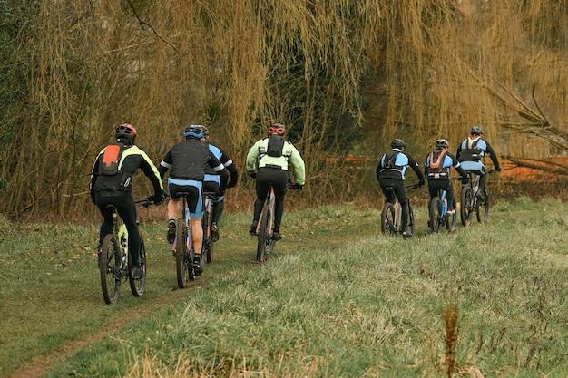 Un gruppo di ciclisti viaggia in bicicletta in una foresta