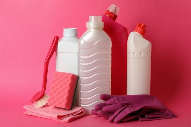 Gruppo di diversi strumenti di pulizia in rosa