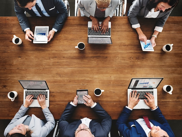 Un gruppo di diversi uomini d'affari sta avendo una riunione