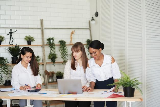 Gruppo di diverse donne d'affari leader che lavorano insieme in ufficio. ufficio commerciale per sole donne.