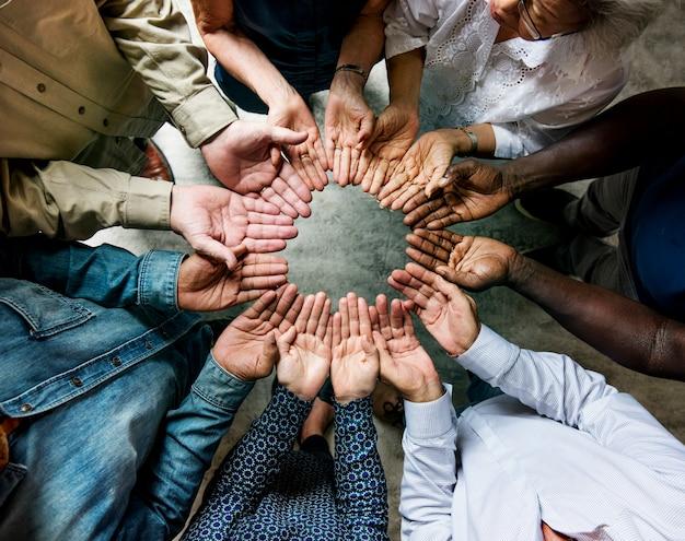 Gruppo di mani diverse in un cerchio