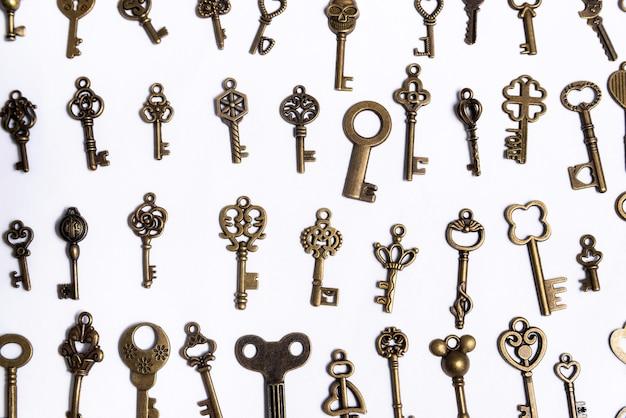 Gruppo di chiavi diverse su sfondo bianco, concetto di casa home