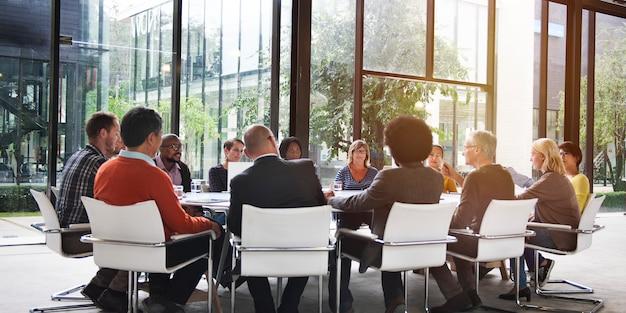Gruppo di persone diverse che hanno una riunione d'affari