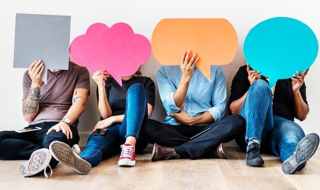 Gruppo di persone diverse con icone di bolle di discorso