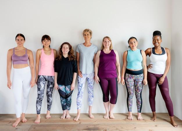Gruppo di persone diverse durante la lezione di yoga