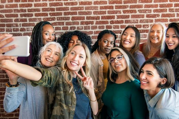 Gruppo di donne diverse che prendono un selfie