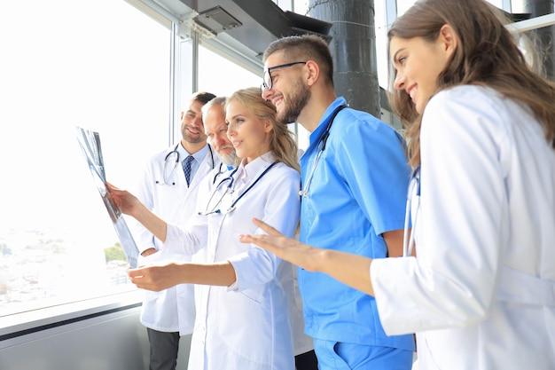 Gruppo di medici che controllano i raggi x in un ospedale.