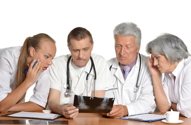 Gruppo di medici che discutono a tavola