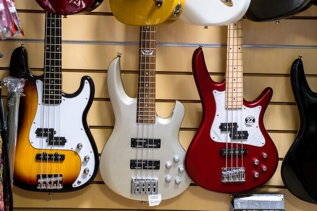 Gruppo di chitarre elettriche appese a una parete in un negozio di musica. lviv, ucraina - agosto 2021