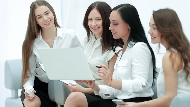 Gruppo di dipendenti che utilizzano laptop per controllare i dati finanziari