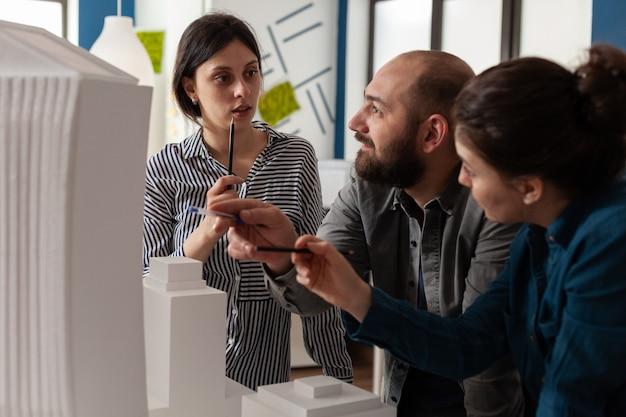 Un gruppo di colleghi ingegneri lavora in architettura
