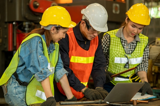 Gruppo di lavoratori dell'ingegnere in una fabbrica, concetto di lavoro di squadra.