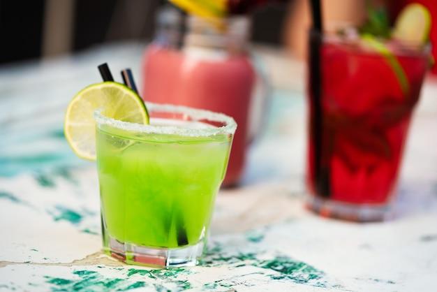 Gruppo di cocktail esotici, bevande alcoliche fresche e fredde in estate