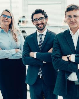 Gruppo di dipendenti esperti in piedi in ufficio