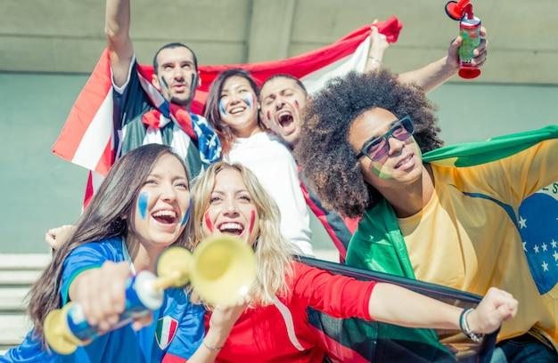 Gruppo di fan che supportano la loro squadra nell'arena