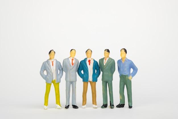 Gruppo di figura in miniatura uomo d'affari su sfondo bianco