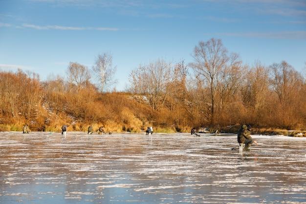 Gruppo di pescatori pesci in inverno Foto Premium