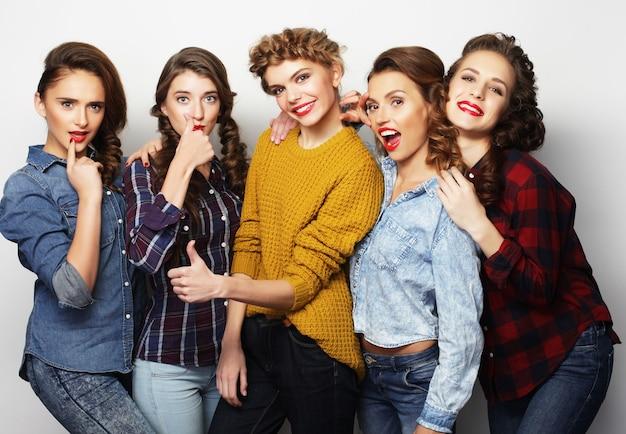 Gruppo di cinque amiche, stile casual