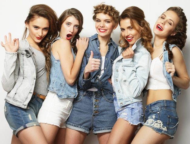 Un gruppo di cinque amiche, tempo felice per divertimento.