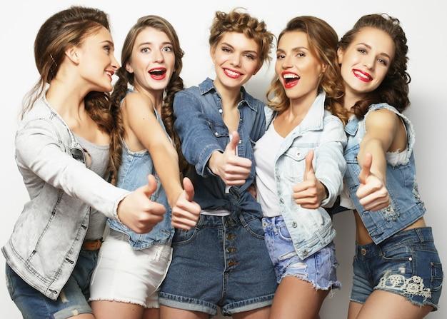Un gruppo di cinque amiche, tempo felice per il divertimento.