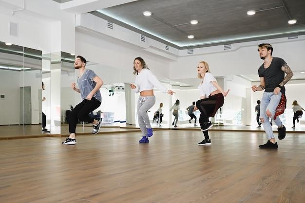 Gruppo di quattro ballerini hip-hop