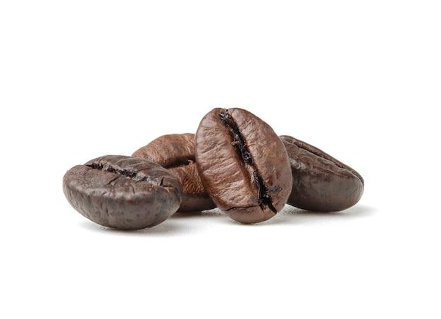 Gruppo di chicchi di caffè arabica marrone scuro arrostiti freschi isolati
