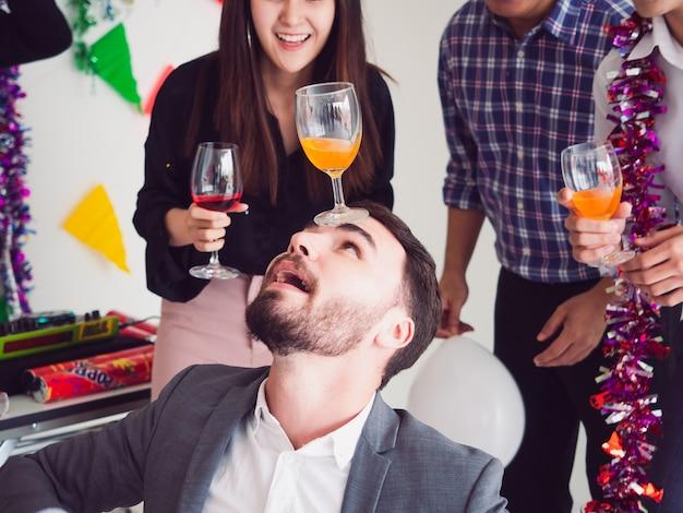 Gruppo di amici godendo la festa a casa, festa dopo il lavoro