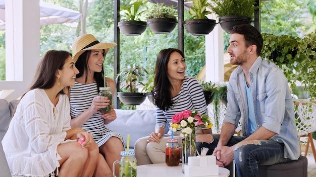 Un gruppo di amici sta chattando insieme al caffè