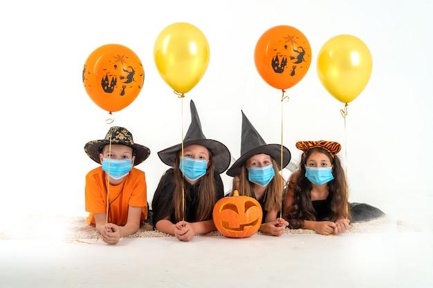 Gruppo di amici in costume per halloween