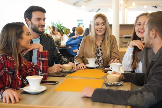 Gruppo di amici che bevono cappuccino in un bar