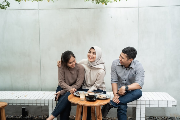 Gruppo di amici che godono insieme nella caffetteria