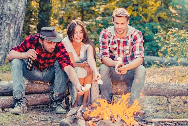 Gruppo di amici che godono del picnic nella foresta