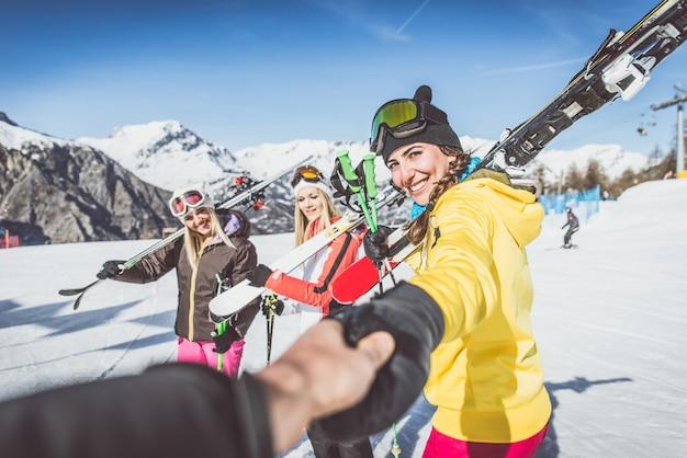 Gruppo di amici che vanno a sciare sulle alpi