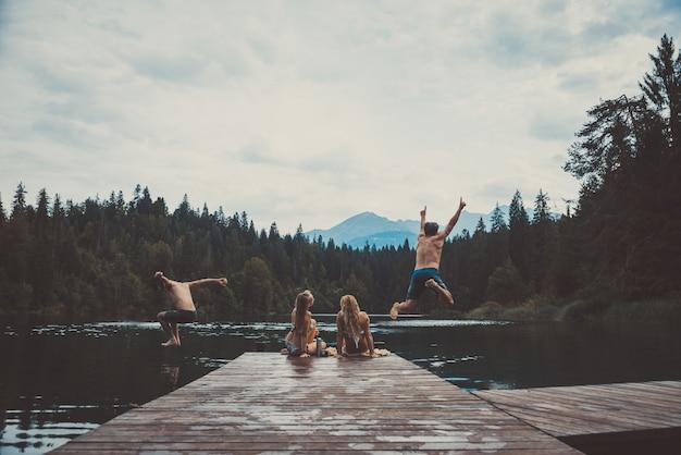 Gruppo di amici che si diverte al lago al mattino