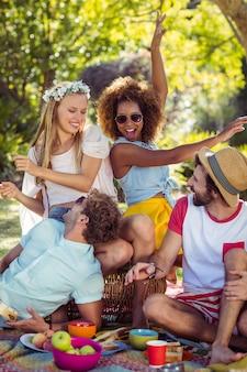 Gruppo di amici divertendosi insieme nel parco