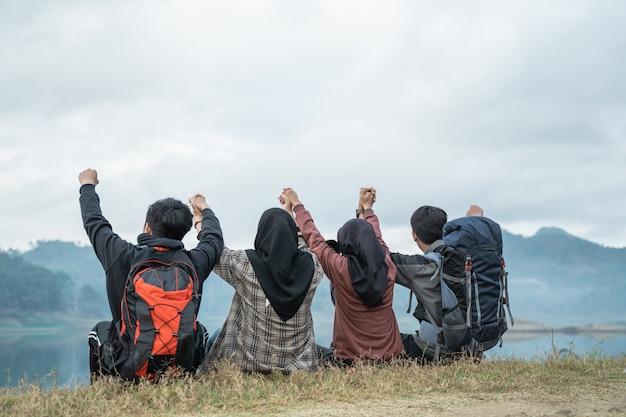 Il gruppo di amici sull'escursione gode della vista del lago
