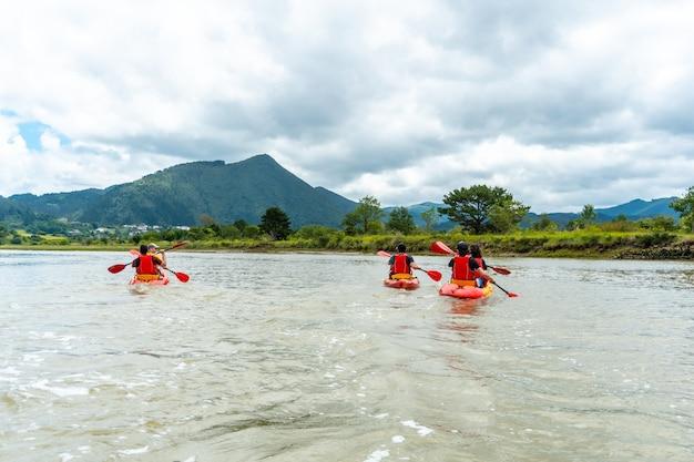 Un gruppo di amici su un percorso in kayak nei mari del parco naturale di urdaibai, paesi baschi