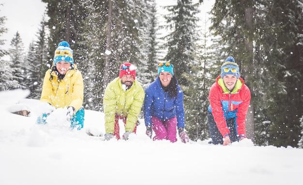 Gruppo di amici che giocano nella neve