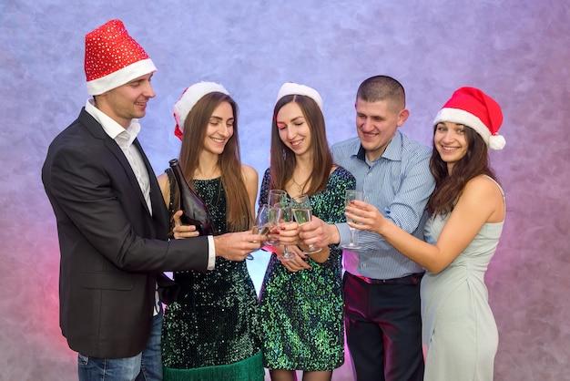 Gruppo di amici in posa alla celebrazione del nuovo anno