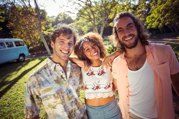 Gruppo di amici che sorridono insieme nel parco