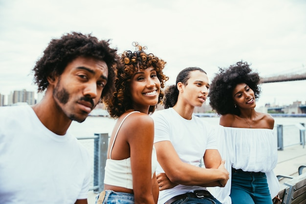 Gruppo di amici che trascorrono del tempo insieme a new york city
