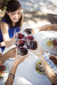 Gruppo di amici che tostano bicchieri di champagne in un ristorante