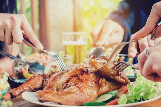 Gruppo di giovani amici asiatici partito e mangiare cibo felice godendo in casa