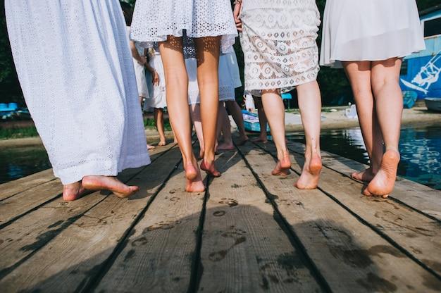 Un gruppo di ragazze sul molo