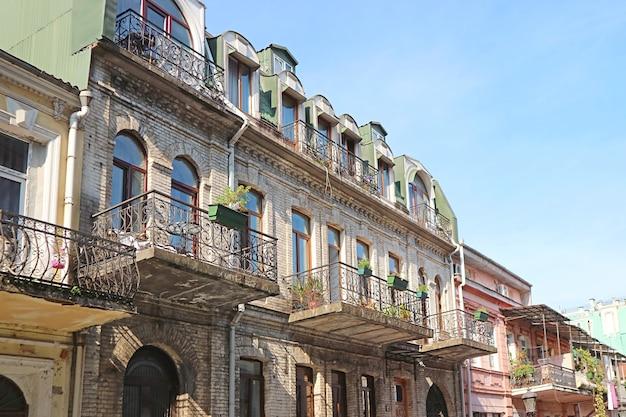 Gruppo di splendidi edifici nel centro cittadino di batumi, regione di adjara, georgia